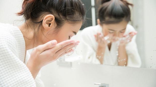 Sai lầm khi rửa mặt trong mùa Đông mà 8/10 chị em đều mắc phải khiến da thô ráp và lão hóa không phanh - Ảnh 2.