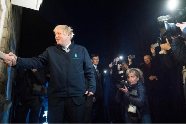 Thủ tướng Anh đi giao sữa trước cuộc bầu cử quan trọng - Ảnh 4.