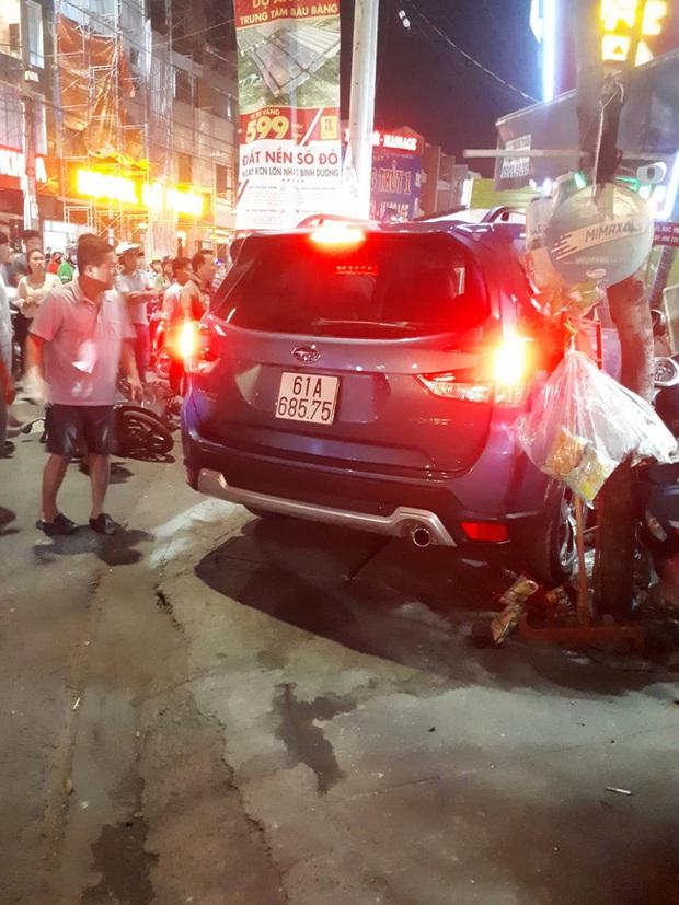 Ô tô bất ngờ lao vào quán trà sữa ở Bình Dương khiến 2 người bị thương nặng, người đi đường hoảng loạn - Ảnh 3.