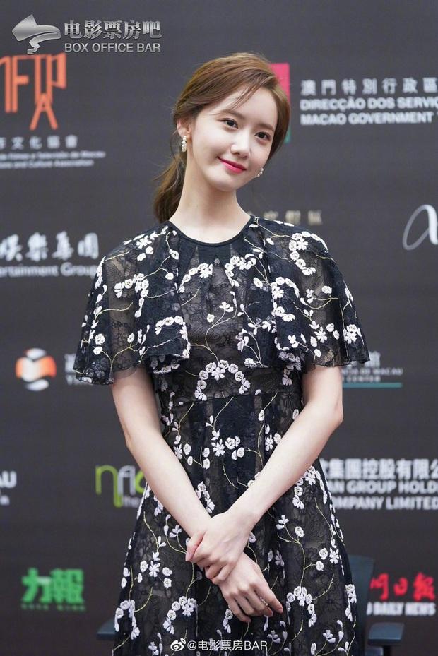 Yoona thay liền 2 bộ váy: Vừa kín đáo đã quay ngoắt sang lồng lộn đúng chuẩn nữ hoàng thảm đỏ khiến ai cũng trầm trồ - Ảnh 4.