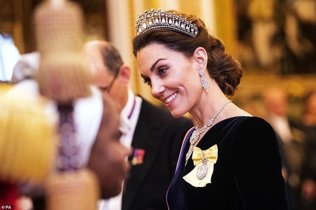 """Công nương Kate Middleton kín đáo mà vẫn đẹp """"ná thở"""" sau khi sửa váy để bớt sexy - Ảnh 4."""