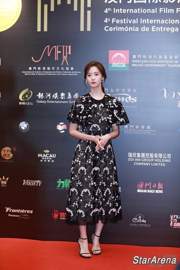Yoona thay liền 2 bộ váy: Vừa kín đáo đã quay ngoắt sang lồng lộn đúng chuẩn nữ hoàng thảm đỏ khiến ai cũng trầm trồ - Ảnh 5.