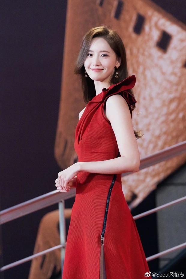 Yoona thay liền 2 bộ váy: Vừa kín đáo đã quay ngoắt sang lồng lộn đúng chuẩn nữ hoàng thảm đỏ khiến ai cũng trầm trồ - Ảnh 8.