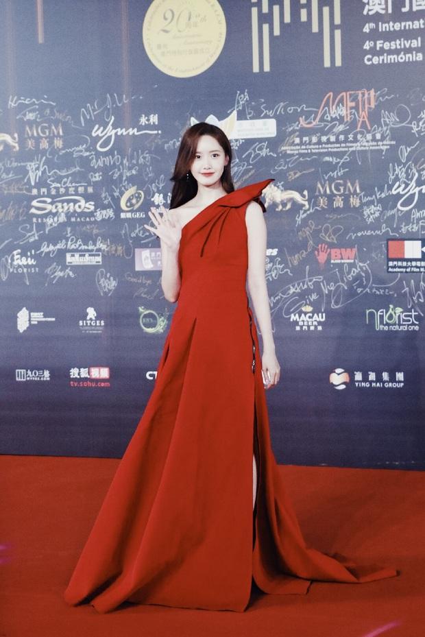 Yoona thay liền 2 bộ váy: Vừa kín đáo đã quay ngoắt sang lồng lộn đúng chuẩn nữ hoàng thảm đỏ khiến ai cũng trầm trồ - Ảnh 9.