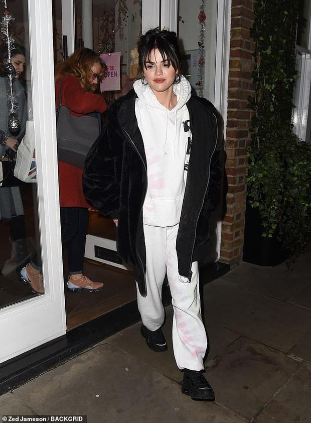 Lâu lắm mới lộ diện, Selena Gomez lại gây bão vì... nhìn kiểu gì vẫn đầy thu hút bất chấp mọi yếu tố dìm hàng - Ảnh 1.