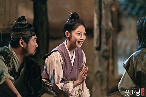 """Từ Kim Tae Hee đến """"cựu sao nhí"""" Kim So Hyun đều xinh truỵ tim ở tạo hình cổ trang phim Hàn - Ảnh 12."""