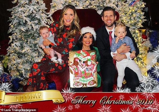 Đang chụp ảnh Giáng Sinh, cháu trai Tổng thống Trump chiếm hết spotlight khi lăn ra ngủ với tướng nằm vừa bá đạo vừa đáng yêu - Ảnh 3.