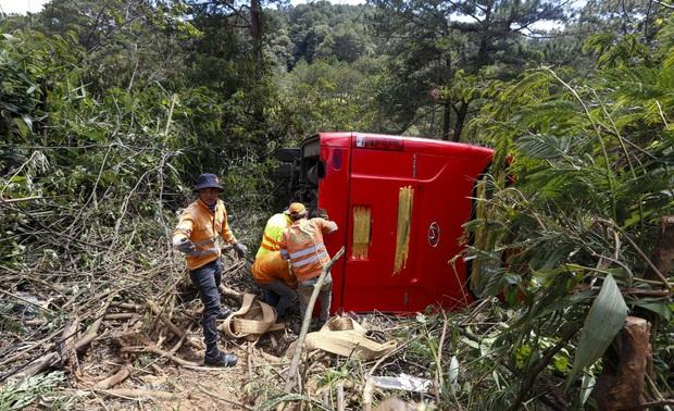 Xe khách lao xuống vực ở Đà Lạt, 15 người may mắn thoát nạn - Ảnh 1.