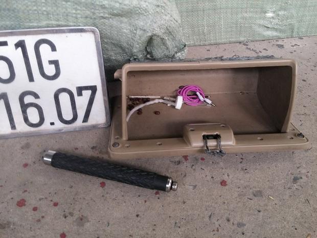 Ô tô do nam thanh niên 22 tuổi tông trúng dải phân cách hầm Thủ Thiêm có chứa thuốc lá lậu, gậy 3 khúc và dụng cụ chơi ma tuý - Ảnh 3.