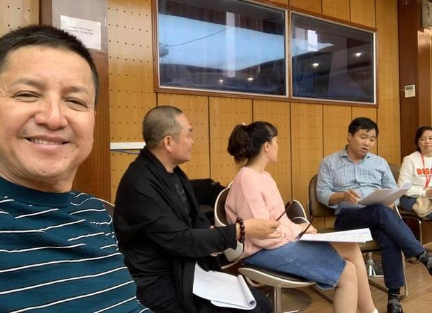 Hé lộ hậu trường dàn nghệ sĩ miền Bắc quên giá rét chuẩn bị cho chương trình thay Táo quân, Xuân Hinh bất ngờ xuất hiện - Ảnh 1.