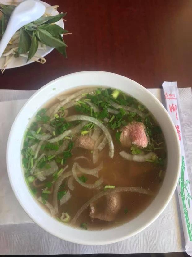 Review đồ ăn Việt ở nước ngoài: hoa quả vừa đắt lại vừa hiếm, các món bún phở giá cao ngất ngưởng mà chất lượng thì hên xui - Ảnh 9.