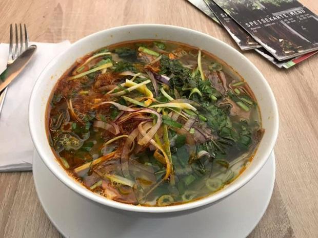 Review đồ ăn Việt ở nước ngoài: hoa quả vừa đắt lại vừa hiếm, các món bún phở giá cao ngất ngưởng mà chất lượng thì hên xui - Ảnh 13.