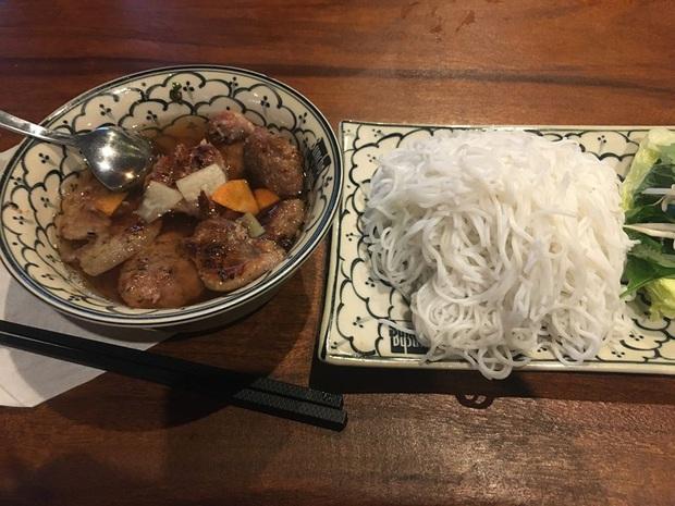 Review đồ ăn Việt ở nước ngoài: hoa quả vừa đắt lại vừa hiếm, các món bún phở giá cao ngất ngưởng mà chất lượng thì hên xui - Ảnh 15.