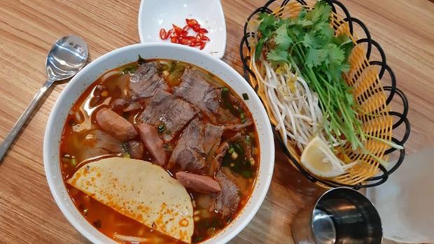 Review đồ ăn Việt ở nước ngoài: hoa quả vừa đắt lại vừa hiếm, các món bún phở giá cao ngất ngưởng mà chất lượng thì hên xui - Ảnh 17.