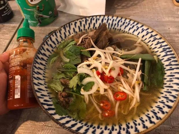 Review đồ ăn Việt ở nước ngoài: hoa quả vừa đắt lại vừa hiếm, các món bún phở giá cao ngất ngưởng mà chất lượng thì hên xui - Ảnh 19.