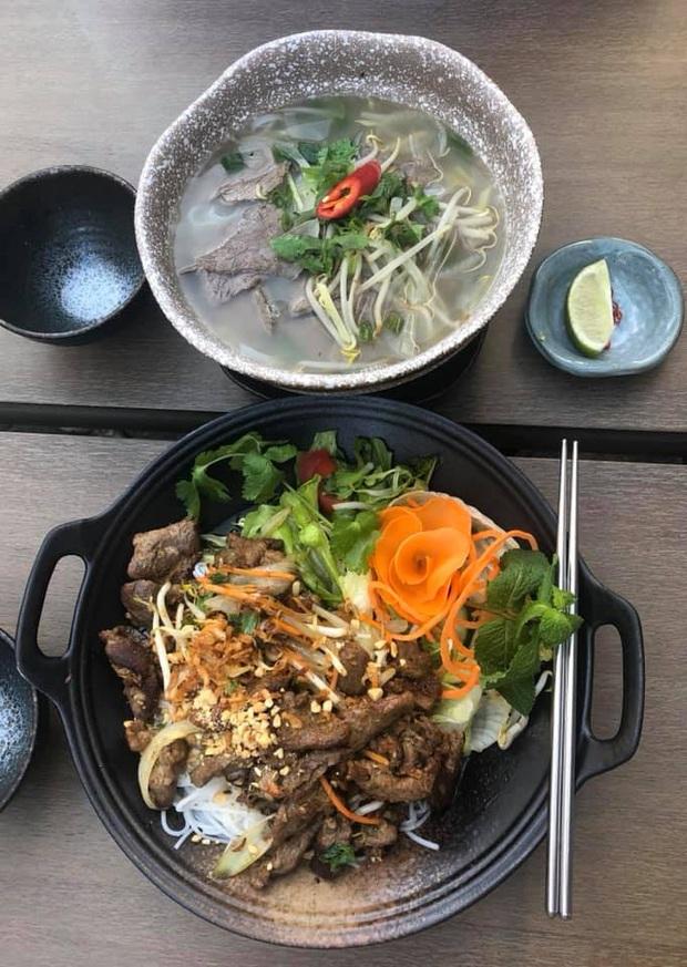 Review đồ ăn Việt ở nước ngoài: hoa quả vừa đắt lại vừa hiếm, các món bún phở giá cao ngất ngưởng mà chất lượng thì hên xui - Ảnh 21.