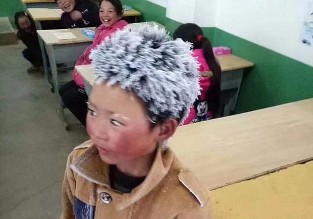 Cậu bé đi bộ 4,5 km đến trường dưới trời đông -8°C khiến đầu đóng băng ngày ấy: Gia cảnh giờ đã khác nhưng lại gây tranh cãi - Ảnh 2.