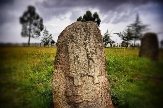 Bãi đá cổ huyền bí ở Châu Phi khiến các nhà khảo cổ học đau đầu vì không giải mã nổi - Ảnh 1.