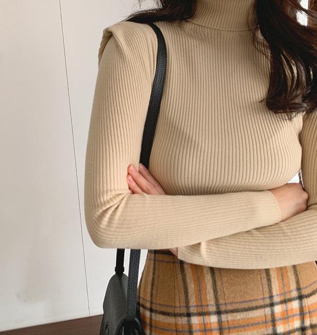 Để thăng hạng phong cách mà vẫn tiết kiệm thì kiểu gì bạn cũng phải sắm một chiếc áo len ôm cho mùa lạnh - Ảnh 3.