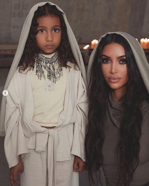 Kim siêu vòng 3 khoe ảnh gia đình nhân dịp Noel, dàn nhóc tỳ khiến netizen dậy sóng: Đúng là visual không đùa được - Ảnh 2.
