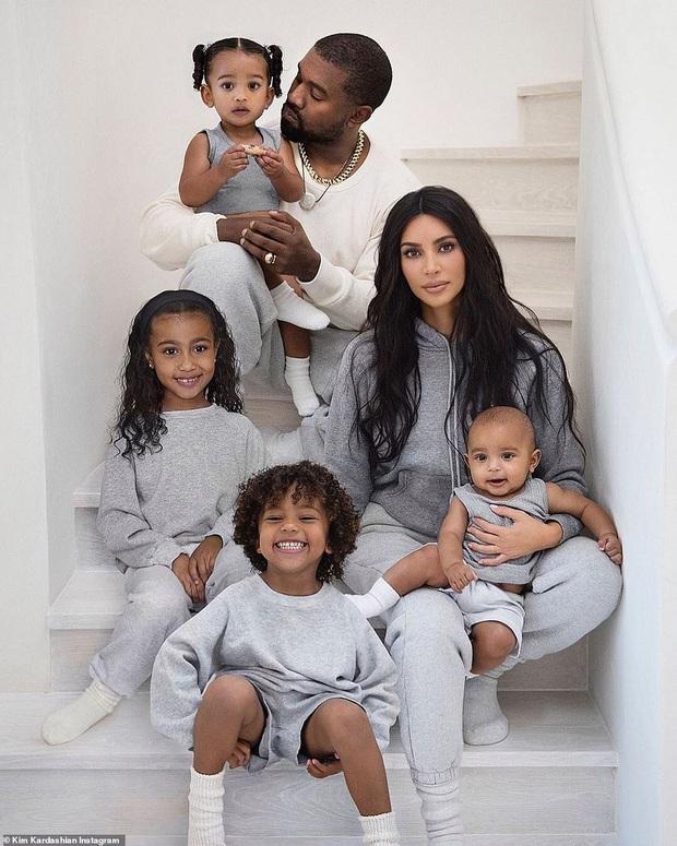 Kim siêu vòng 3 khoe ảnh gia đình nhân dịp Noel, dàn nhóc tỳ khiến netizen dậy sóng: Đúng là visual không đùa được - Ảnh 1.