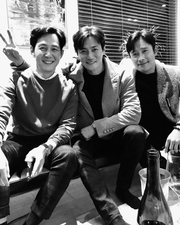 Bức ảnh trắng đen hot nhất xứ Hàn hôm nay: 3 tài tử quyền lực nhất Kbiz tụ hội, ai ngờ lại là bạn thân nhiều năm - Ảnh 2.