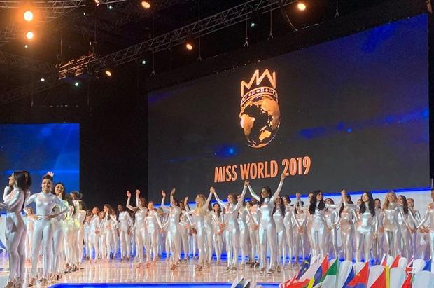 Không thi bikini, Miss World cho dàn thí sinh cosplay siêu nhân điện quang trong phần công bố Top 40? - Ảnh 1.