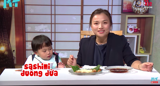 Quỳnh Trần JP réo tên Trấn Thành ngay trong lần đầu ăn thử đuông dừa trên truyền hình, loạt biểu cảm của bé Sa trước món này khiến fan cười ngất - Ảnh 2.
