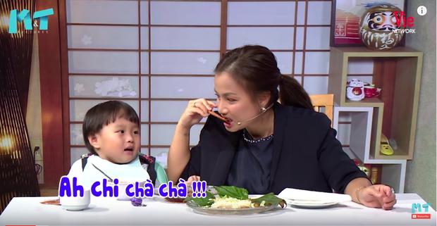 Quỳnh Trần JP réo tên Trấn Thành ngay trong lần đầu ăn thử đuông dừa trên truyền hình, loạt biểu cảm của bé Sa trước món này khiến fan cười ngất - Ảnh 13.
