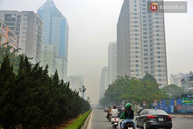 Không khí Hà Nội tiếp tục ô nhiễm nghiêm trọng khiến nhiều người phải thốt lên đầy hoang mang: Không muốn bước ra đường luôn - Ảnh 14.