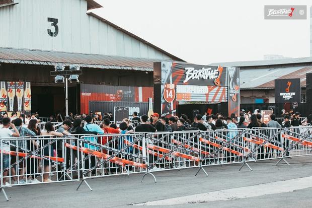 Bên trong sân khấu battle rap hình chìa khoá chất phát hờn, hàng nghìn bạn trẻ xếp hàng dài đón chờ BeckStage Unexpected Rap Fest - Ảnh 5.