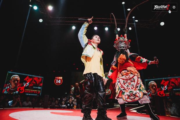 BeckStage đi vào hết! Ông vua của đêm nay - Binz đem cả gái Tây lẫn... nghệ nhân hát bội lên sân khấu cùng quẩy - Ảnh 4.