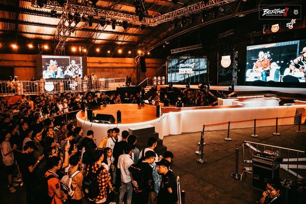 Bên trong sân khấu battle rap hình chìa khoá chất phát hờn, hàng nghìn bạn trẻ xếp hàng dài đón chờ BeckStage Unexpected Rap Fest - Ảnh 10.