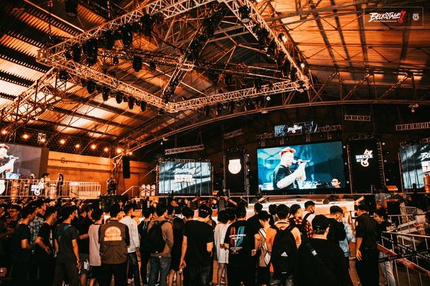 Bên trong sân khấu battle rap hình chìa khoá chất phát hờn, hàng nghìn bạn trẻ xếp hàng dài đón chờ BeckStage Unexpected Rap Fest - Ảnh 11.