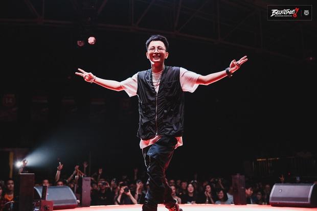 Bộ đôi rapper Rhymastic và Blacka mở màn đại nhạc hội BeckStage: Trình diễn Đây là Việt Nam, fan rap Việt chưa bao giờ tự hào đến thế! - Ảnh 2.