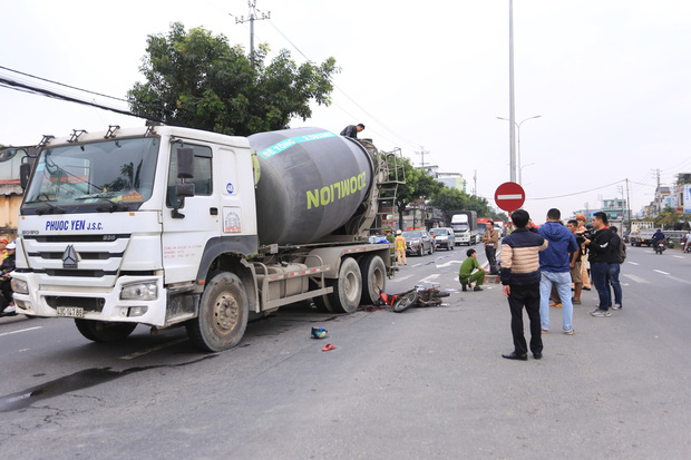 Nam thanh niên chết thảm, shipper thất thần sau tai nạn liên hoàn giữa 2 xe máy và xe trộn bê tông - Ảnh 4.