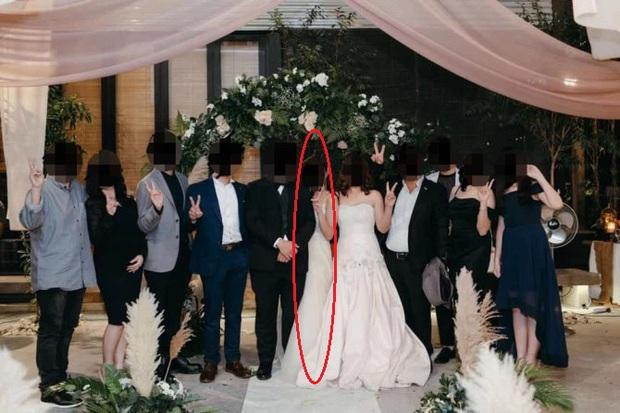 Đến dự hôn lễ của con gái, bà mẹ diện luôn váy cưới khiến dân mạng phẫn nộ và hoang mang không biết đâu là cô dâu - Ảnh 1.
