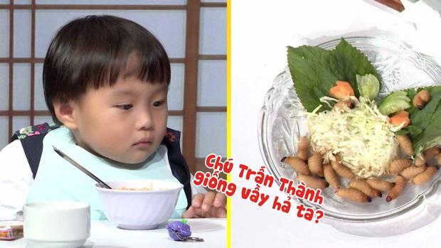 Quỳnh Trần JP réo tên Trấn Thành ngay trong lần đầu ăn thử đuông dừa trên truyền hình, loạt biểu cảm của bé Sa trước món này khiến fan cười ngất - Ảnh 6.