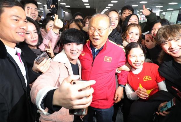 HLV Park Hang-seo viết tâm thư: Không có sự ủng hộ của người hâm mộ, thành công của bóng đá Việt Nam năm 2019 là vô nghĩa - Ảnh 1.