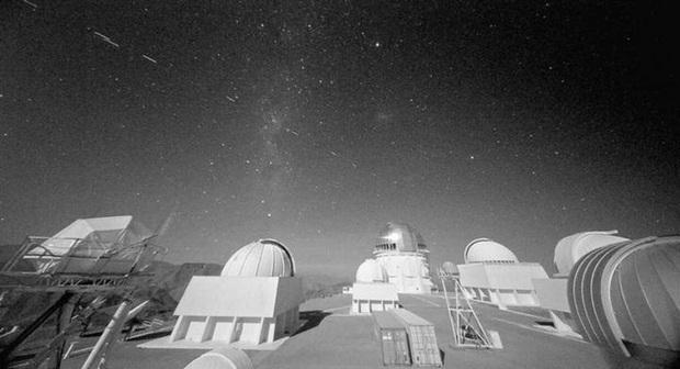 Vẻ đẹp của bầu trời đêm đang bị đe dọa nghiêm trọng vì sự xuất hiện của quá nhiều vệ tinh ngoài Trái Đất - Ảnh 1.