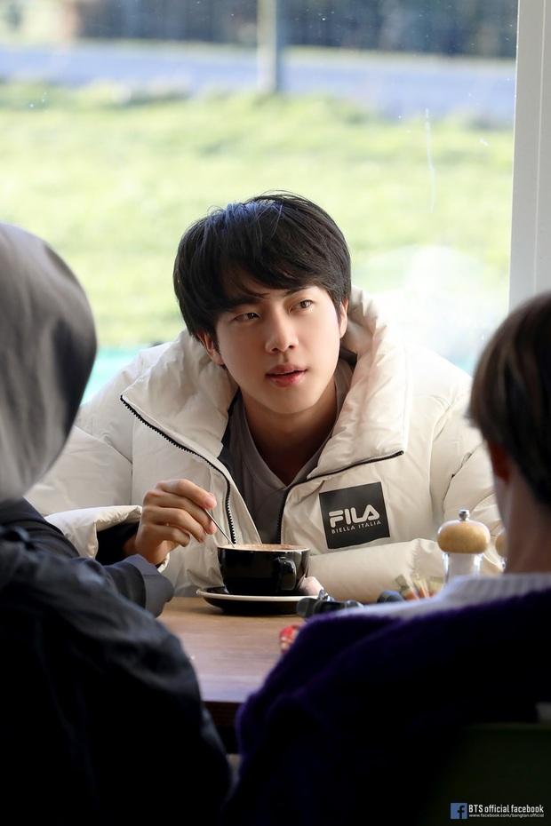 Làm KOL có tâm như Jin: mặc quần Puma khi đang quảng cáo cho Fila nên đành dán băng dính đậy logo lại! - Ảnh 3.