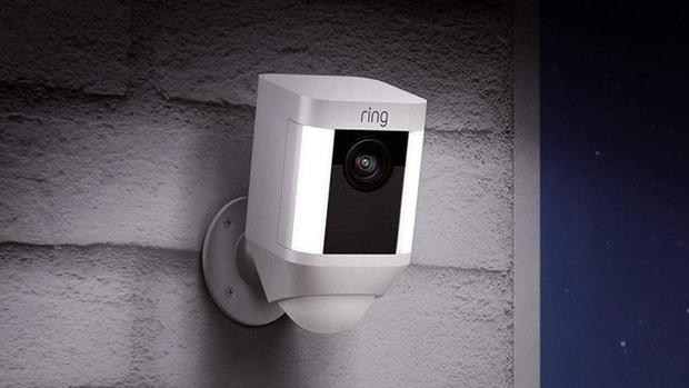 Hacker tấn công camera an ninh, tự xưng ông già Noel, khuyến khích bé gái 8 tuổi đập phá phòng - Ảnh 1.