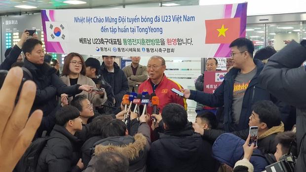 Báo chí Hàn Quốc đứng chật ở sân bay, săn đón U22 Việt Nam và HLV Park Hang-seo - Ảnh 1.