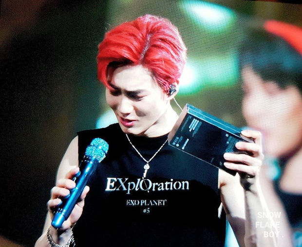 Fan ném thẳng chiếc iPhone 11 Pro còn nguyên seal lên sân khấu cho Suho (EXO), thích thì dùng không thích cũng phải dùng! - Ảnh 4.