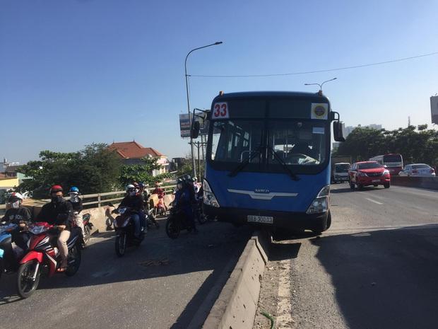 Nhiều người thoát chết khi xe buýt đại náo quốc lộ trèo lên dải phân cách ở Sài Gòn - Ảnh 1.