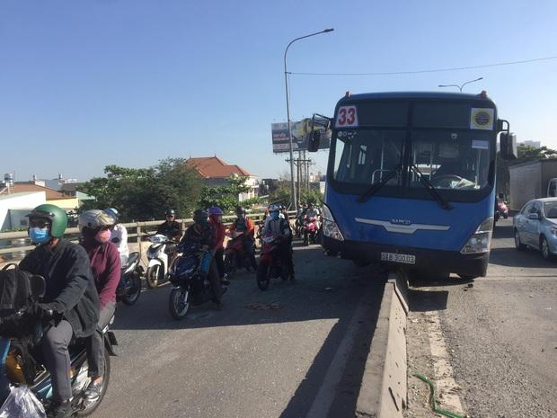 Nhiều người thoát chết khi xe buýt đại náo quốc lộ trèo lên dải phân cách ở Sài Gòn - Ảnh 2.