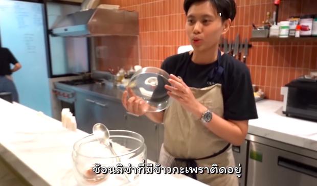 """Nhà hàng Thái Lan """"u mê"""" Lisa (BLACKPINK) tới mức đóng hộp kính chiếc thìa Lisa từng dùng, thậm chí không rửa, vẫn còn... dính cơm - Ảnh 4."""