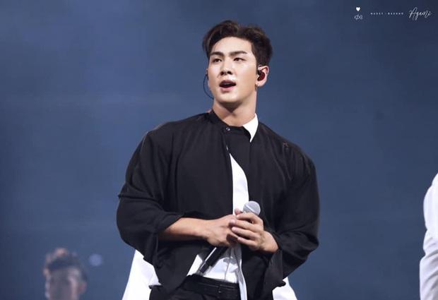 Quỳ với thời trang sân bay của idol nhóm NU'EST: Diện nguyên bộ đồ thổ cẩm như sợ cả thế giới không biết mình vừa đi Thái Lan về! - Ảnh 7.