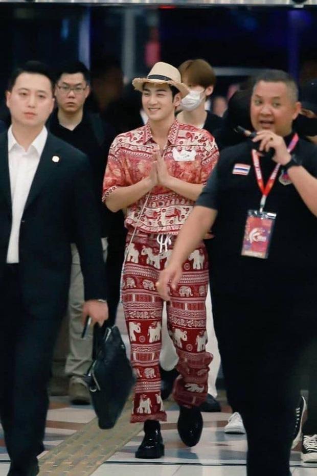 Quỳ với thời trang sân bay của idol nhóm NU'EST: Diện nguyên bộ đồ thổ cẩm như sợ cả thế giới không biết mình vừa đi Thái Lan về! - Ảnh 2.