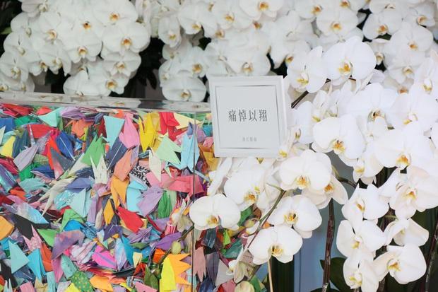 Ngày đưa tang Cao Dĩ Tường: Bạn gái cúi gằm mặt xuất hiên bên gia quyến, hàng trăm ngàn hạc giấy, hoa trắng phủ khắp nhà tang - Ảnh 12.